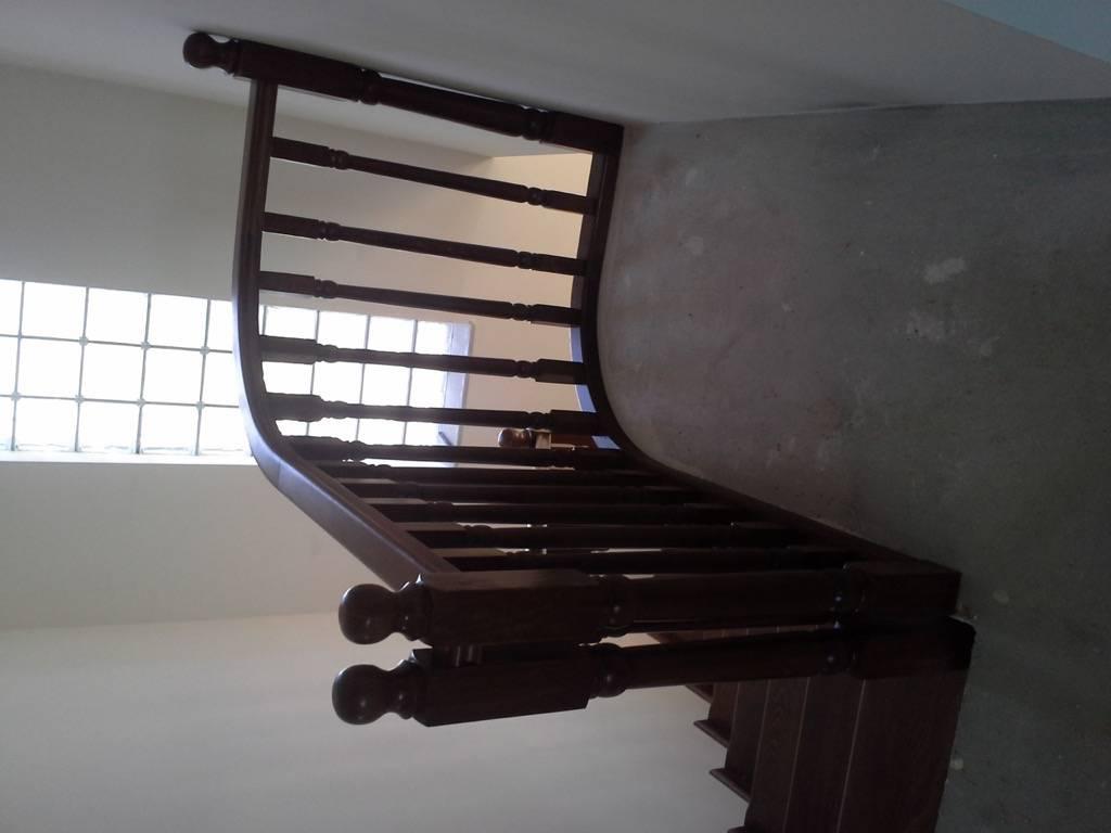 Placare scara fag baituita culoare nuc cu balustrada la rotund 14