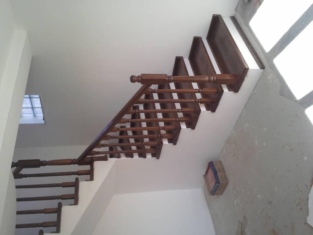 Placare scara fag baituita culoare nuc cu balustrada la rotund 2
