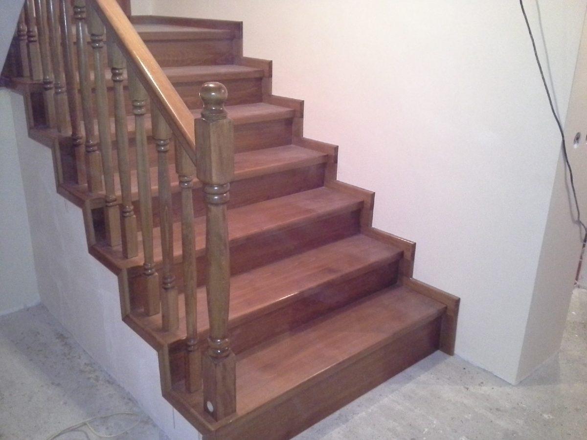 Placari beton sau metal - Placare scara din beton cu trepte si contratrepte din fag aburit, balustri strunjiti totul baituit culoare stejar auriu 10