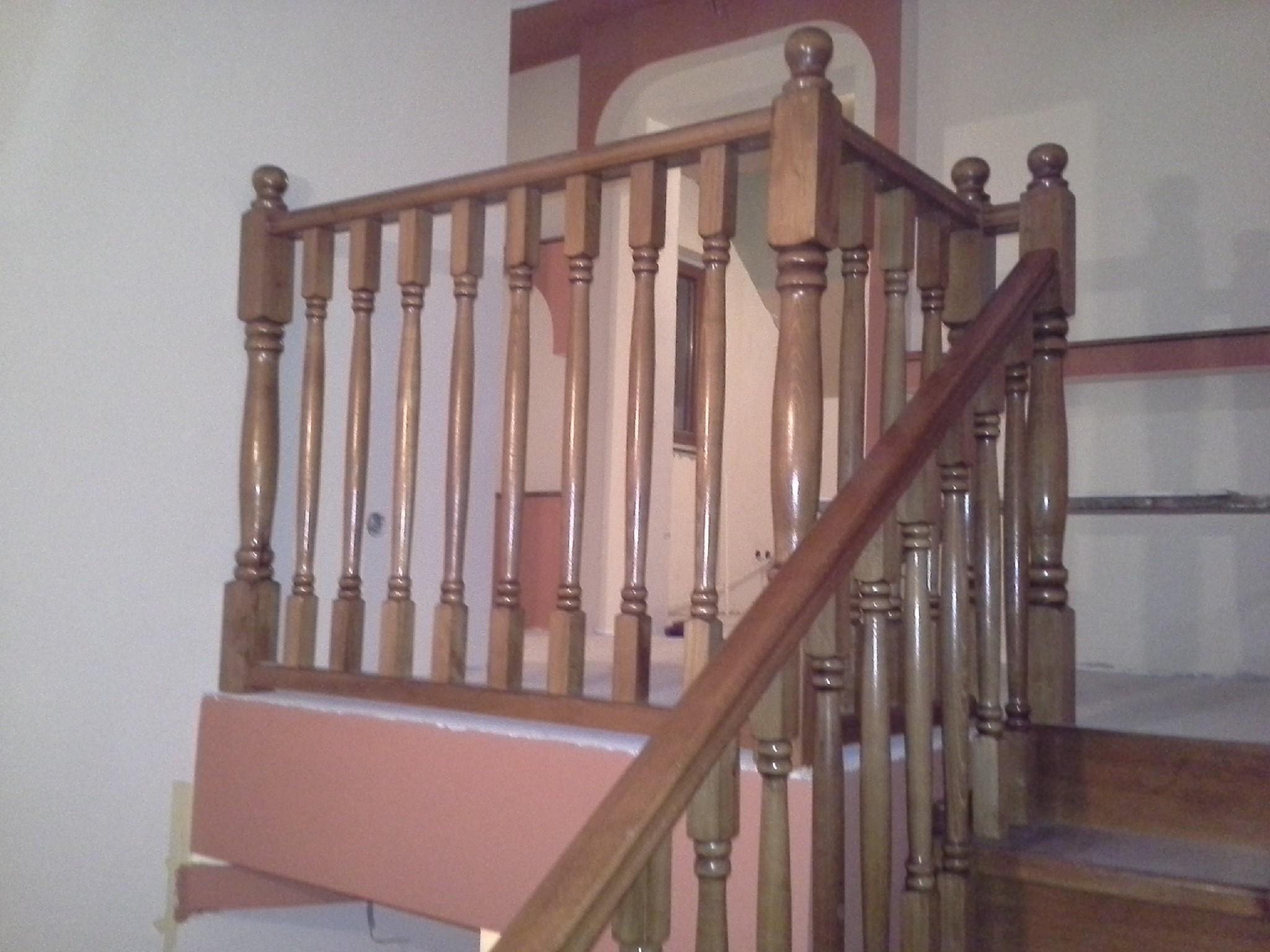Placare scara din beton cu trepte si contratrepte din fag aburit, balustri strunjiti totul baituit culoare stejar auriu - Placari beton sau metal
